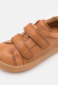 Froddo - BAREFOOT UNISEX - Zapatos con cierre adhesivo - brown - 5
