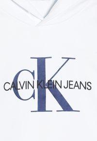Calvin Klein Jeans - MONOGRAM HOODIE UNISEX - Jersey con capucha - white - 4