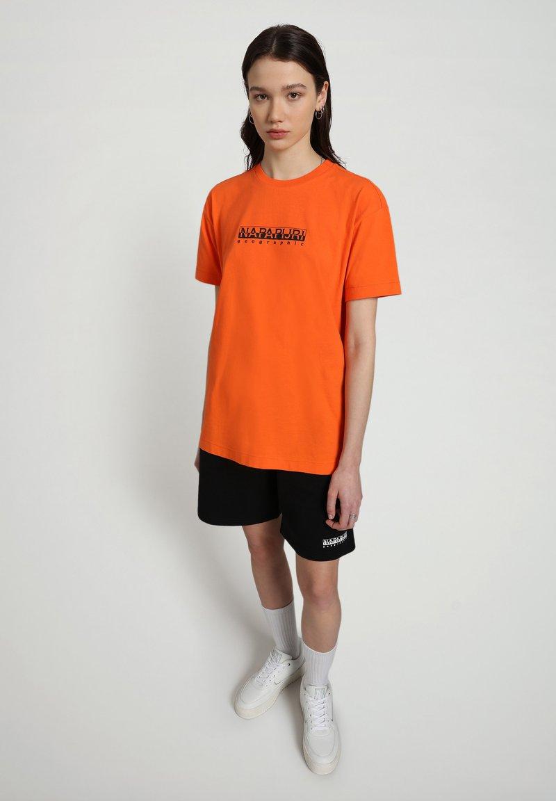 Napapijri - S-BOX   - T-shirt med print - orangeade