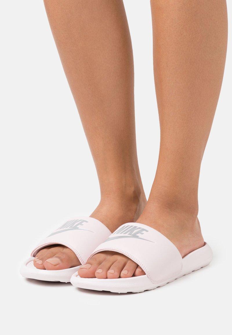 Nike Sportswear - VICTORI ONE SLIDE - Sandalias planas - barely rose/metallic silver