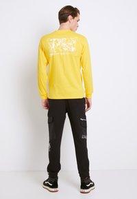 Vans - MN 66 SUPPLY LS - Print T-shirt - lemon chrome - 2