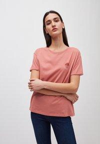 ARMEDANGELS - T-SHIRT AUS BIO-BAUMWOLLE NAALIN LITTLE SUNRISE - Print T-shirt - cinnamon rose - 1