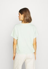 Levi's® - GRAPHIC VARSITY TEE - T-shirts med print - light green - 2