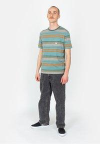 Brixton - HILT ALTON POCKET - Print T-shirt - aqua cloud wash - 1