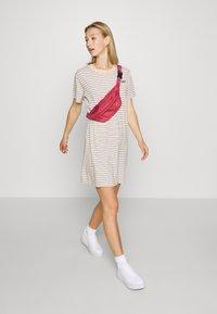 Levi's® - LULA TEE DRESS - Sukienka z dżerseju - caviar/moonstone - 1