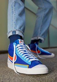 Nike Sportswear - BLAZER MID '77 INFINITE - Høye joggesko - deep royal blue/chile red/copa/university gold/sail/black - 2