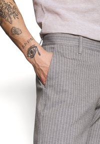 Only & Sons - ONSMARK PANT STRIPE - Tygbyxor - light grey melange - 4