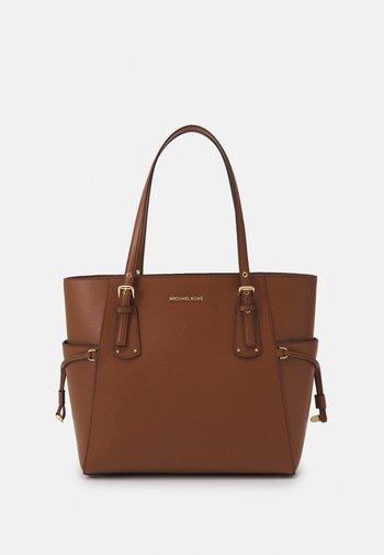 VOYAGER TOTE - Handbag - luggage