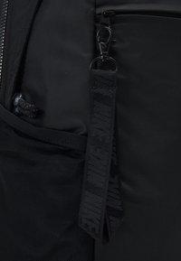 Nike Sportswear - ESSENTIALS UNISEX - Ryggsäck - black/white - 3