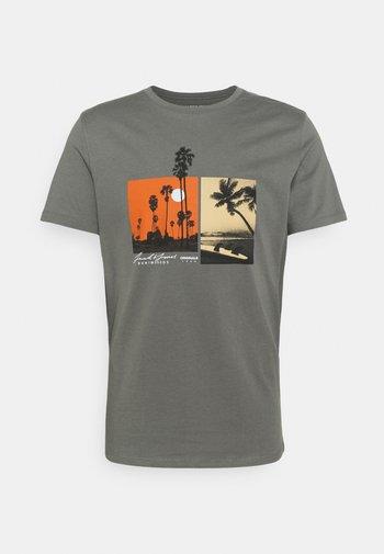 JOROCTO - Print T-shirt - sedona sage