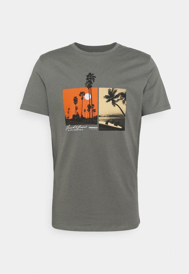JOROCTO - T-shirt con stampa - sedona sage