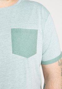 URBN SAINT - TEE - T-shirt basic - duck green - 5