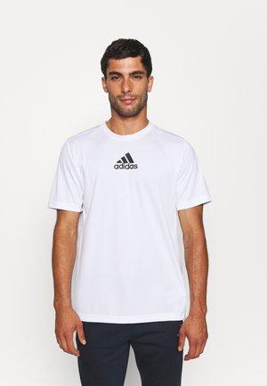 3 STRIPES BACK DESIGNED 2 MOVE AEROREADY - T-shirt con stampa - white/black