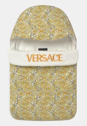 OUTDOOR NEST BAROQUE PRINT UNISEX - Baby's sleeping bag - white/gold