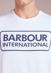 Barbour International - ESSENTIAL LARGE LOGO TEE - Triko spotiskem - white - 4