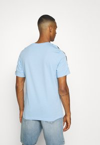 Nike Sportswear - REPEAT TEE - T-shirt med print - psychic blue/black - 2