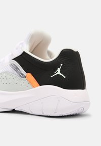 Jordan - AIR JORDAN 11 CMFT - Sneakers basse - barely green/white/black/atomic orange - 6
