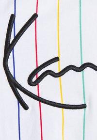 Karl Kani - SIGNATURE PINSTRIPE TEE - Print T-shirt - white - 6