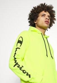Champion - HOODED - Bluza z kapturem - neon yellow - 4