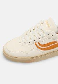 Genesis - SOLEY UNISEX  - Sneakers basse - white/pumpkin - 6