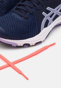 ASICS - NETBURNER BALLISTIC - Zapatillas de voleibol - peacoat/vapor - 5