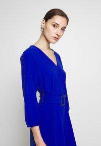 Wallis - V NECK BUCKLE DETAIL SHIFT DRESS - Kjole - cobalt - 5