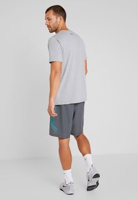Under Armour - GRAPHIC SHORTS - Korte sportsbukser - pitch gray/teal rush - 2