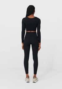Stradivarius - NAHTLOSE - Leggings - Trousers - black - 2