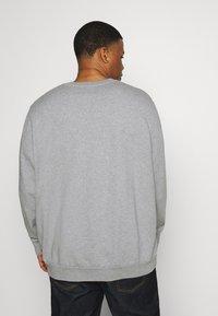 Levi's® Plus - BIG CREW SEASONAL - Sweatshirt - midtone heather grey - 2