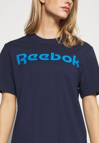 Reebok - LINEAR READ TEE - Print T-shirt - dark blue - 4