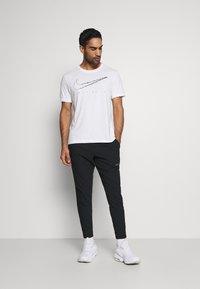 Nike Performance - VENT MAX PANT - Pantalon de survêtement - black/dark grey - 1