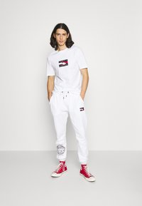 Tommy Hilfiger - ONE PLANET TEE UNISEX - Print T-shirt - white - 1