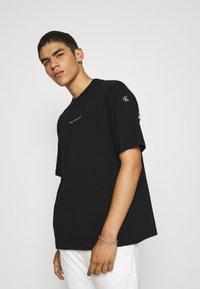 Calvin Klein Jeans - TEE UNISEX - T-shirt con stampa - black - 0
