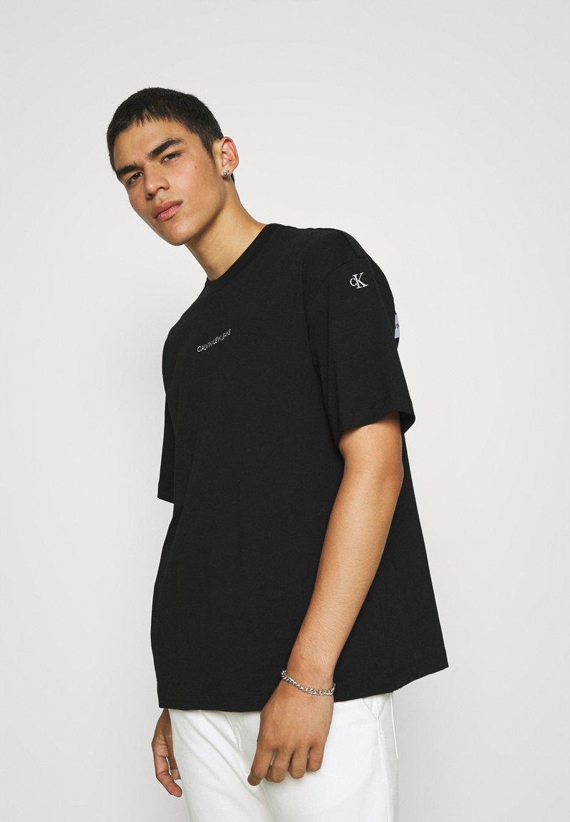 Calvin Klein Jeans - TEE UNISEX - T-shirt con stampa - black