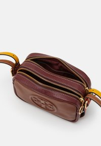 Tory Burch - PERRY BOMBE DOUBLE STRAP MINI BAG - Taška s příčným popruhem - english tan/claret - 2
