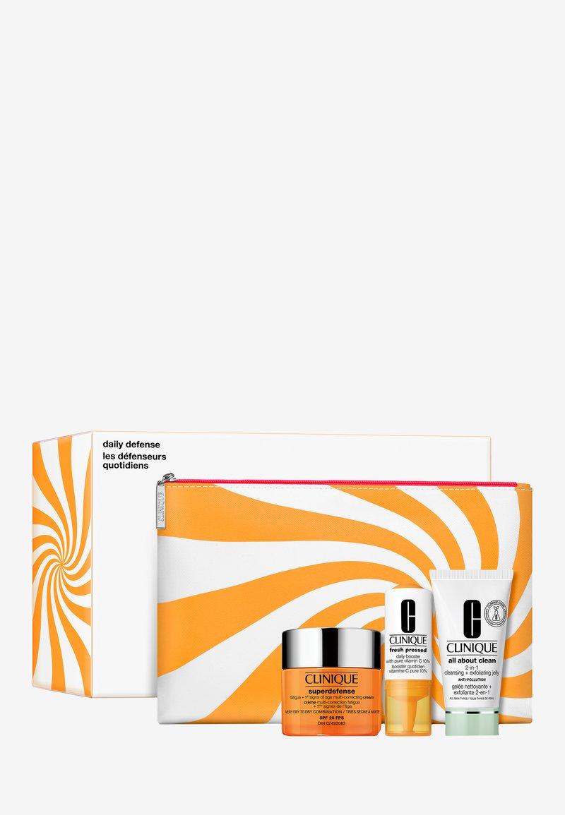 Clinique - SUPER DEFENSE VALUE SET - Skincare set - -