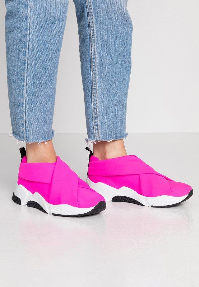 Slip-ons - neon pink