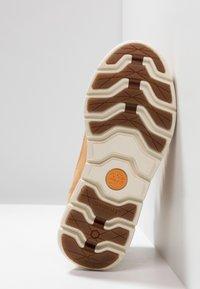 Timberland - KILLINGTON CHUKKA - Šněrovací kotníkové boty - wheat - 5