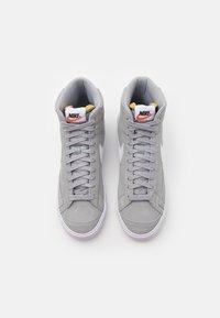Nike Sportswear - BLAZER MID '77 UNISEX - Zapatillas altas - light smoke grey/white/black - 5