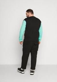 Common Kollectiv - PLUS MOTIV LONGSLEEVE - Long sleeved top - black - 2