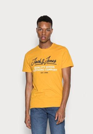 JJHERRO TEE CREW NECK - Print T-shirt - golden orange