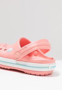 Crocs - CROCBAND RELAXED FIT - Badslippers - melon/ice blue - 2