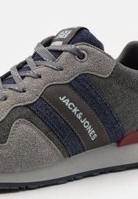 Jack & Jones - JFWSTELLAR - Sneakersy niskie - frost grey - 5