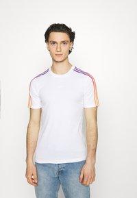 adidas Originals - STRIPE UNISEX - T-shirt imprimé - white/multicolor - 0