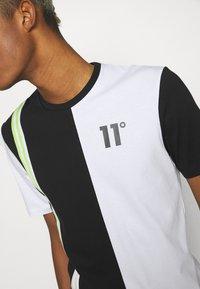 11 DEGREES - COLOUR BLOCK  - Triko spotiskem - black/white/limeade - 4