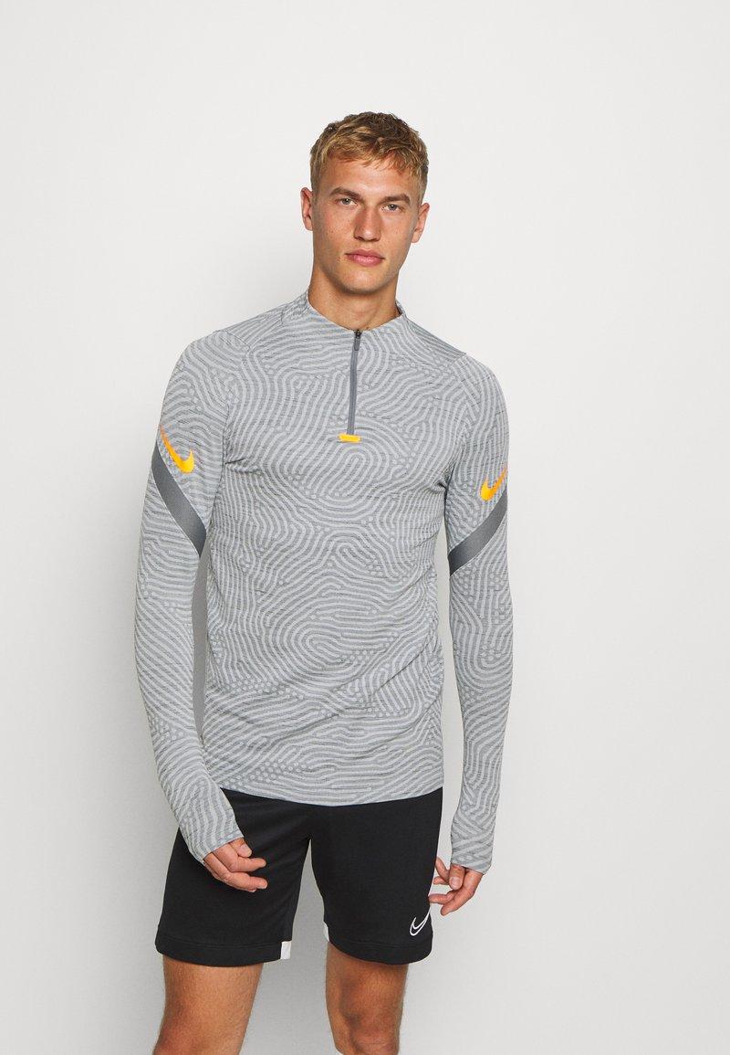 Nike Performance - DRY STRIKE DRILL - Funktionsshirt - smoke grey/total orange