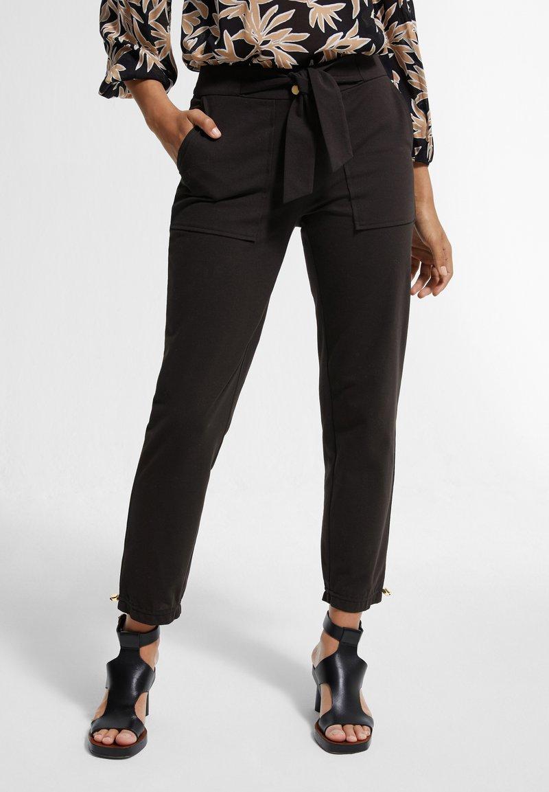 comma - MIT TUNNELZUG - Trousers - black