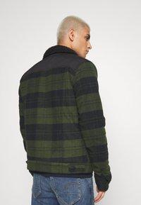 Wrangler - WOOL MIX  SHERPA JACKET - Light jacket - rifle green - 2