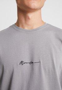 Mennace - SIGNATURE  - Jednoduché triko - slate - 5
