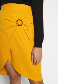 Simply Be - WRAP MIDI SKIRT WITH BUCKLE DETAIL - Blyantskjørt - saffron - 3